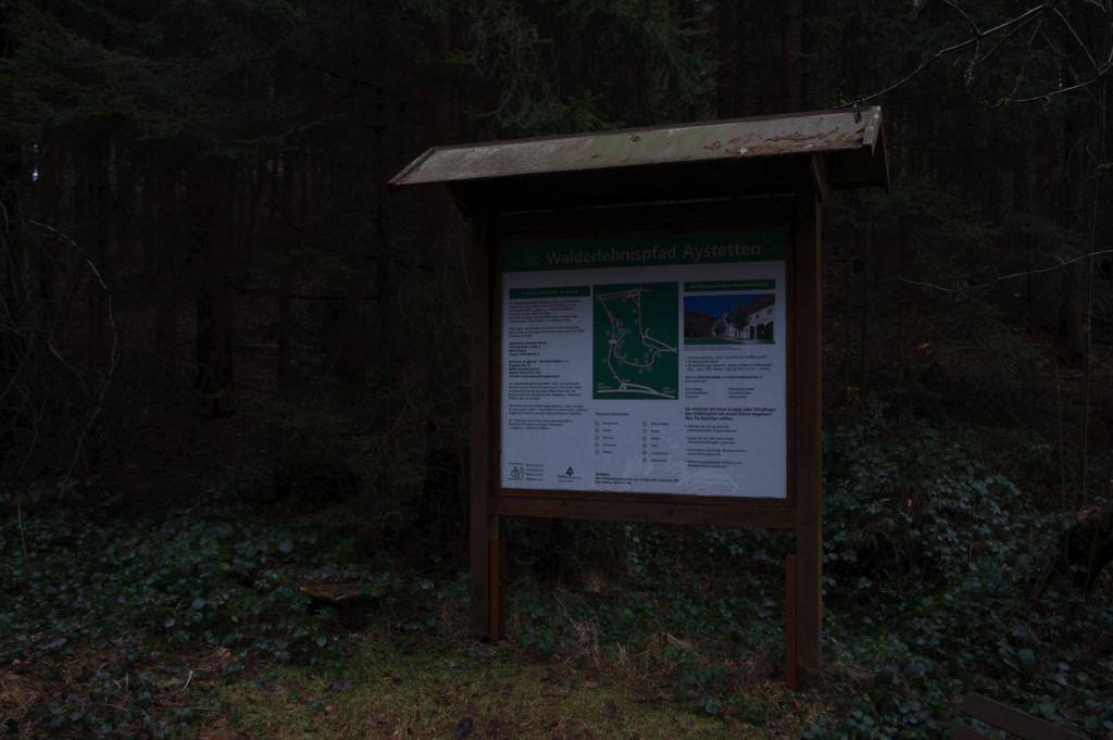 Übersichtstafel zum Erlebnispfad am Eingang zum Wald