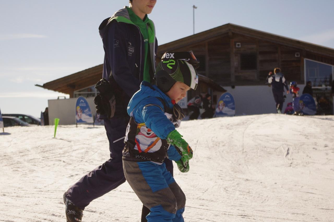 Elija mit seinem Skilehrer beim Üben.