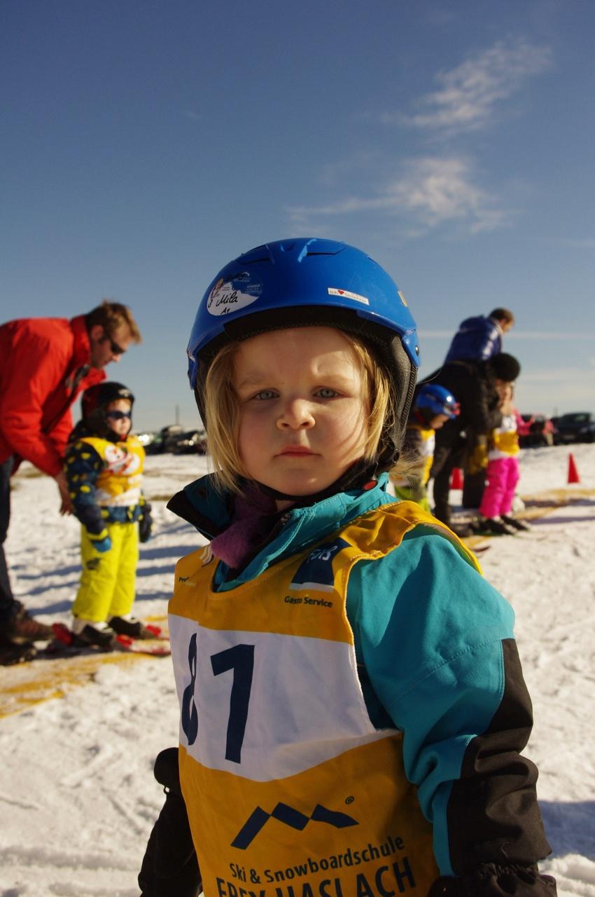 Mila schaut zwar etwas grimmig, aber sie wollte gar nicht mehr aufhören mit dem Skifahren.